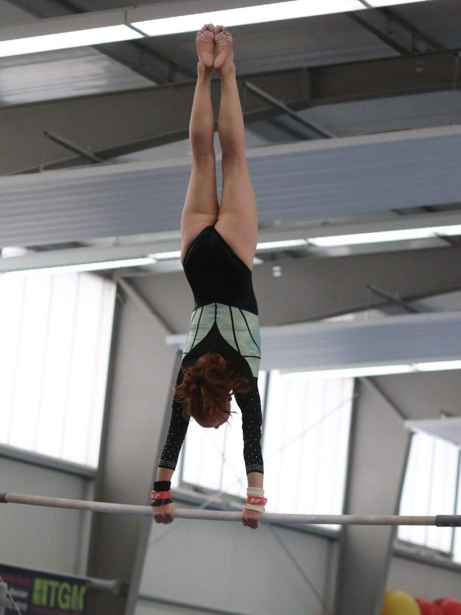 Marie Schneider am Stufenbarren